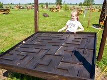 Muchacha y juguete educativo al aire libre fotos de archivo