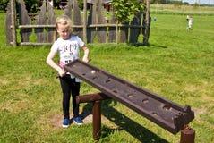 Muchacha y juguete educativo al aire libre foto de archivo