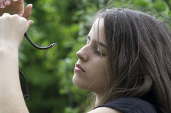Muchacha y la serpiente Imagen de archivo