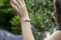 Muchacha y la serpiente en su brazo Fotografía de archivo libre de regalías