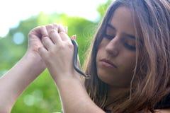 Muchacha y la serpiente en sus manos Imagenes de archivo