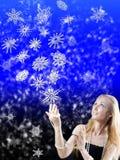 Muchacha y los copos de nieve de la magia Foto de archivo libre de regalías