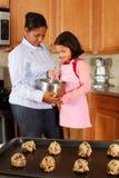 Muchacha y madre con las galletas fotografía de archivo