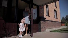 Muchacha y madre fuera de la casa almacen de video