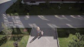 Muchacha y madre fuera de la casa Posibilidad muy remota Alta visión metrajes