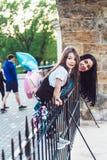 Muchacha y madre preescolares en la cerca Imagen de archivo libre de regalías
