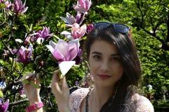 Muchacha y magnolia Foto de archivo