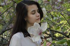 Muchacha y magnolia Foto de archivo libre de regalías