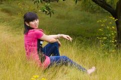 Muchacha y malas hierbas amarillas Foto de archivo libre de regalías