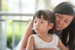 Muchacha y mamá asiáticas imagenes de archivo