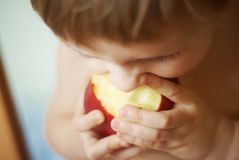 Muchacha y manzana Imagen de archivo