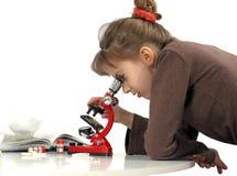 Muchacha y microscopio Imagen de archivo