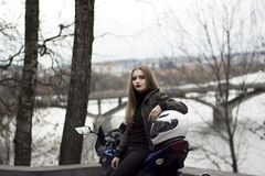 Muchacha y moto del deporte imagen de archivo