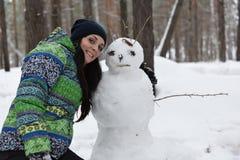 Muchacha y muñeco de nieve Fotos de archivo