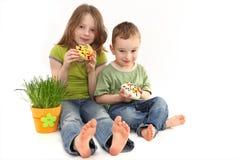Muchacha y muchacho con la decoración de Pascua Fotos de archivo