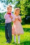 Muchacha y muchacho con las burbujas de jabón Fotografía de archivo libre de regalías