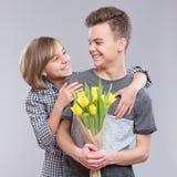 Muchacha y muchacho con las flores Foto de archivo libre de regalías