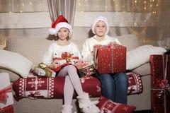 Muchacha y muchacho con los regalos Foto de archivo libre de regalías