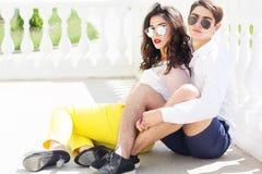 Muchacha y muchacho de los pares de la moda de los jóvenes Imagen de archivo libre de regalías