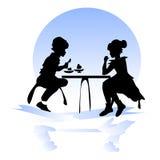 Muchacha y muchacho en una tabla en un café Foto de archivo libre de regalías