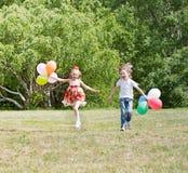 Muchacha y muchacho felices Imágenes de archivo libres de regalías