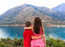 Muchacha y muchacho junto al aire libre hermana de abarcamiento del pequeño hermano más vieja Fotos de archivo