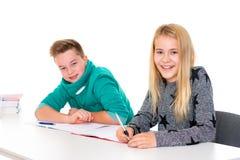 Muchacha y muchacho junto en la sala de clase Fotografía de archivo