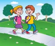 Muchacha y muchacho que caminan de escuela con las mochilas Fotografía de archivo
