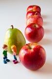 Muchacha y muchacho que discuten la nutrición sana fotografía de archivo libre de regalías