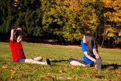 Muchacha y muchacho que juegan en parque Imagen de archivo libre de regalías