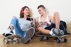 Muchacha y muchacho que juegan a juegos en línea Foto de archivo libre de regalías