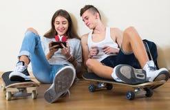 Muchacha y muchacho que juegan a juegos en línea Fotografía de archivo libre de regalías