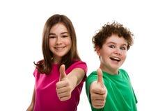 Muchacha y muchacho que muestran la muestra aceptable Imagen de archivo