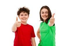 Muchacha y muchacho que muestran la muestra aceptable Fotos de archivo libres de regalías