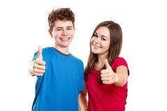 Muchacha y muchacho que muestran la muestra aceptable Imágenes de archivo libres de regalías