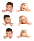 Muchacha y muchacho que ocultan detrás de una cartelera Foto de archivo