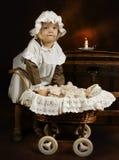 Muchacha y muñeca de la antigüedad Foto de archivo libre de regalías