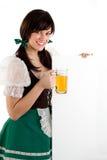 Muchacha y muestra de la cerveza Imagenes de archivo