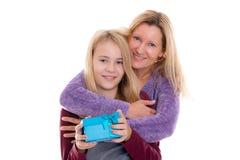 Muchacha y mujer rubias con la caja de regalo Imagen de archivo libre de regalías