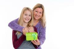 Muchacha y mujer rubias con la caja de regalo Foto de archivo libre de regalías