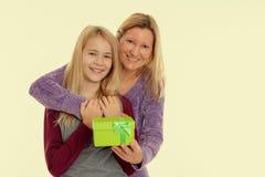 Muchacha y mujer rubias con la caja de regalo Imagen de archivo