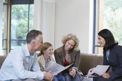 Muchacha y padres con el agente de la propiedad inmobiliaria At New Property Fotografía de archivo libre de regalías