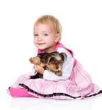 Muchacha y perrito mirada de la cámara En el fondo blanco Imagen de archivo