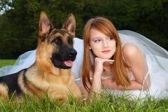 Muchacha y perro fotografía de archivo