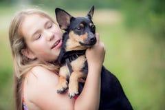 Muchacha y perro adolescentes Foto de archivo
