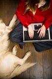 Muchacha y perro del Internet Foto de archivo libre de regalías