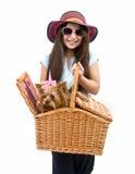 Muchacha y perro en cesta de la comida campestre foto de archivo libre de regalías
