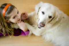 Muchacha y perro felices imagen de archivo