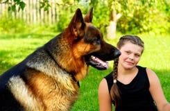 Muchacha y perro pastor Fotografía de archivo