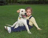 Muchacha y perro perdiguero de Labrador imagen de archivo libre de regalías